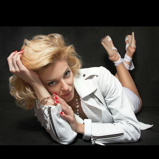 sensual mature blonde waiting for some fun