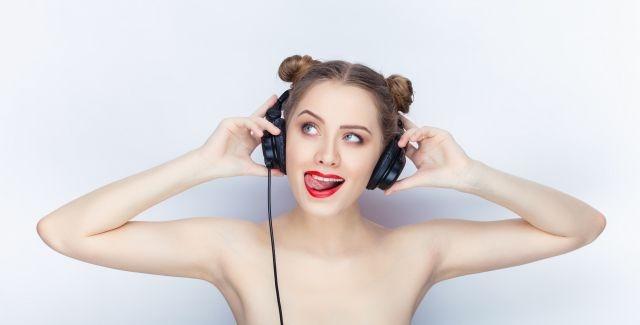 Versaute Frau mit Kopfhörern
