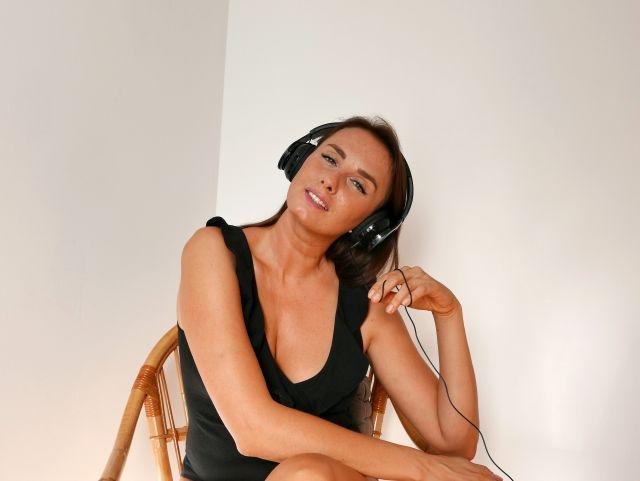 Heiße MILF mit Kopfhörern wartet auf dich!