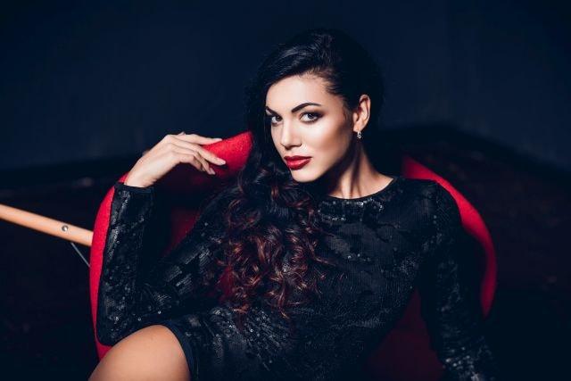 Attraktive Frau im roten Sessel