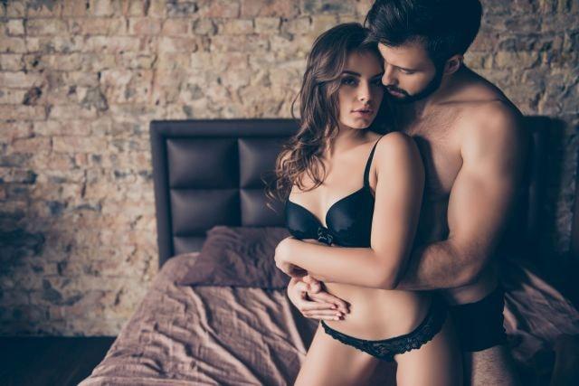Attraktives Paar auf dem Bett