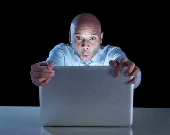 Mann schaut fixiert auf den Bildschirm