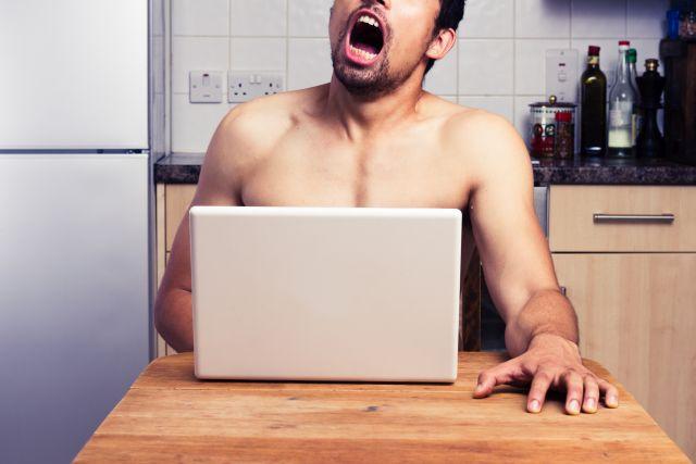 Mann mastubiert ausdrucksstark zu Pornos in der Küche