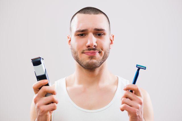 Mann mit Rasierer