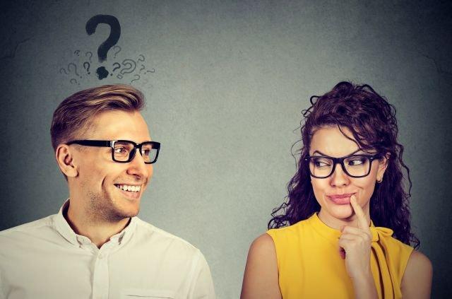 Frau findet Gefallen an den Fragen des Mannes