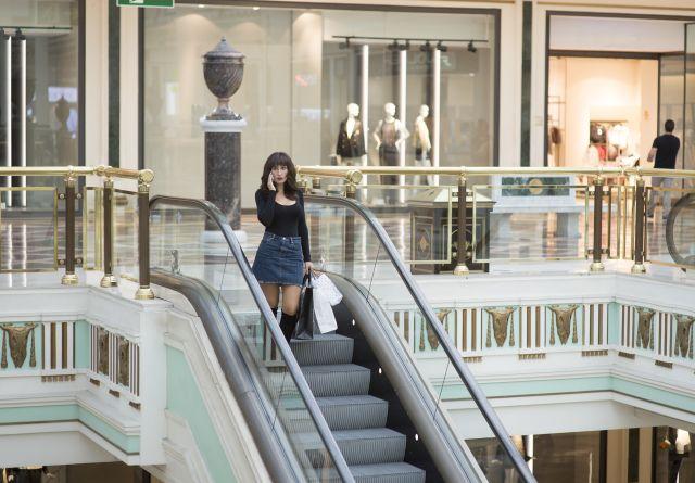 MILF auf einer Rolltreppe im Sopping Center