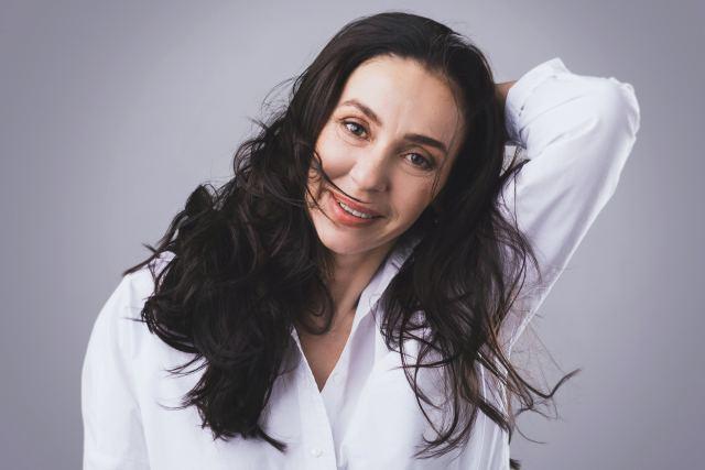 attraktive Frau in weißer Bluse