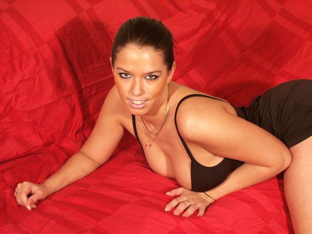 Erotische Frau in knappem schwarzen Kleid
