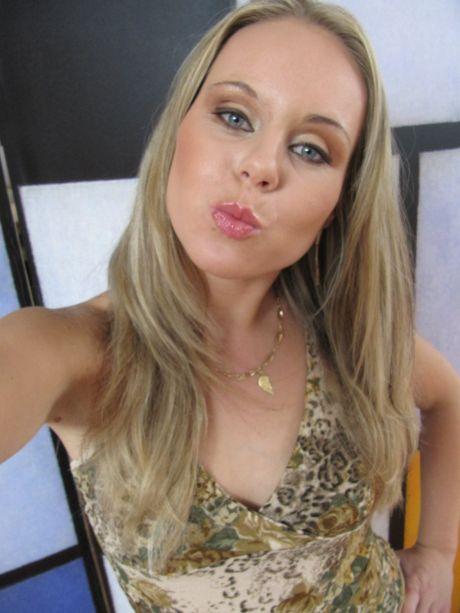 Blonde Dame gibt Kussmund in die Kamera