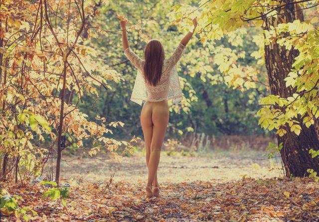 Sexy MILF unten ohne im Wald