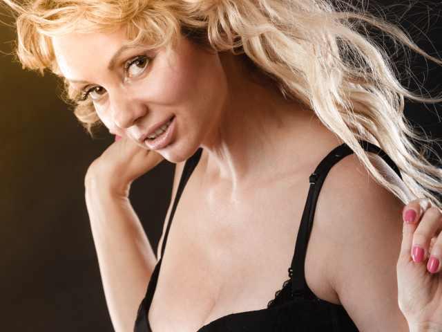 Blonde Frau im schwarzen BH