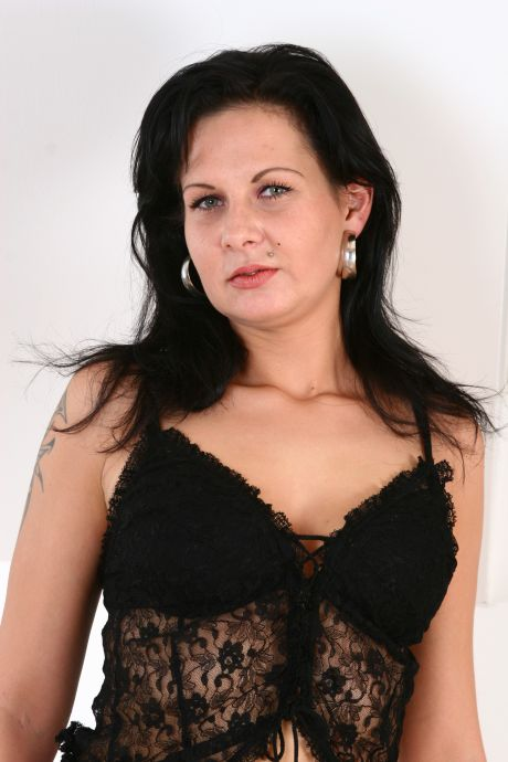 erotische Frau in schwarzem Spitzennegligee
