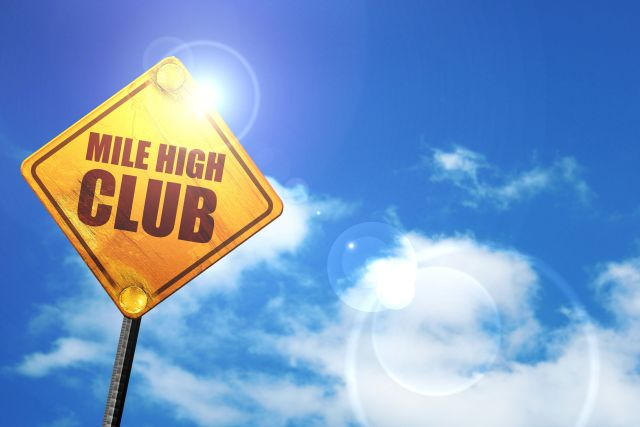 gelbes Mile High Club Schild