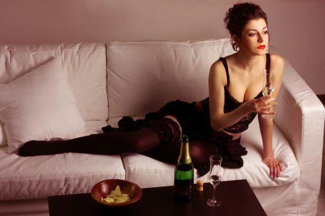 Sexy MILF nachdenklich auf der Couch