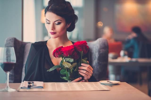 elegante Frau mit Rosenstrauß