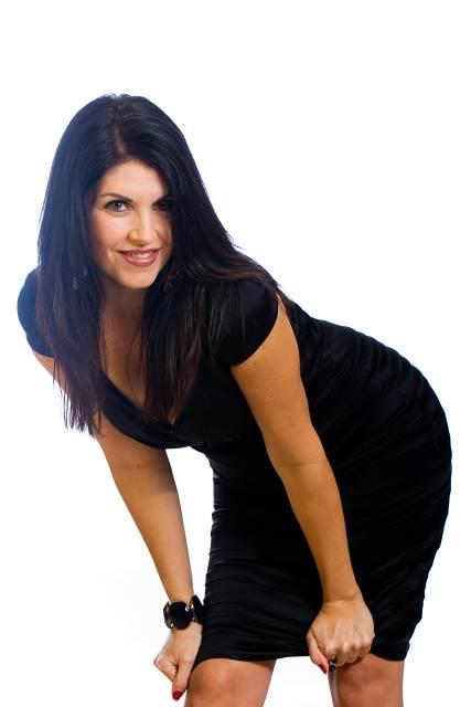 Frau in schwarzem Minikleid posiert für Kamera