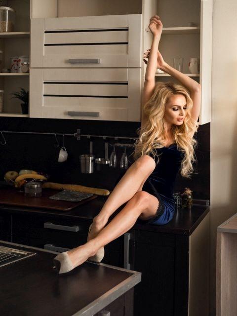 Attraktive blonde Hausfrau in der Küche