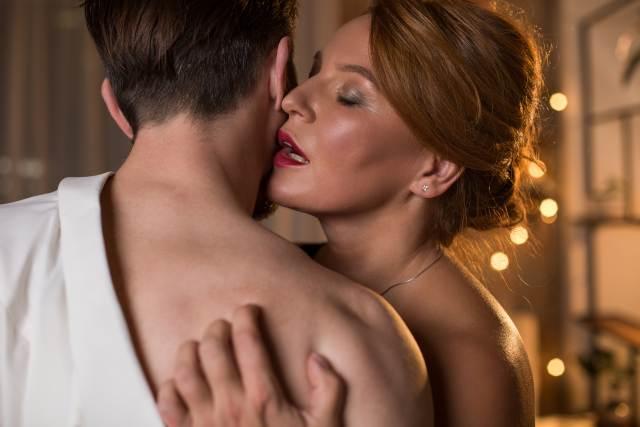 Mann umarmt reife Frau