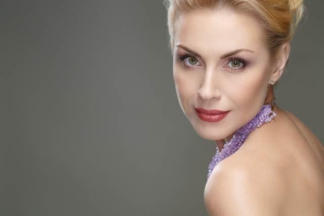 blonde, sehr hübsche Frau