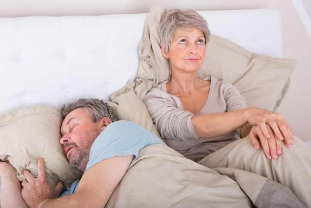 älteres Pärchen im Bett