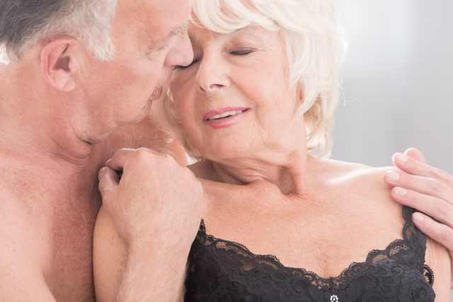älteres Pärchen schmiegt sich aneinander