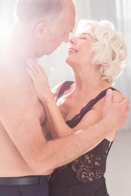 älteres Paar liegt sich in den Armen