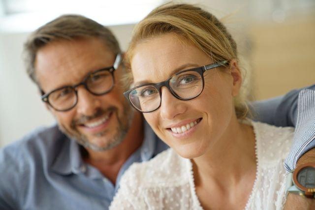 Attraktives älteres Paar lächelnd