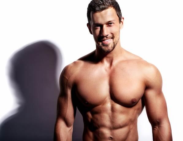 durchtrainierter Mann mit nacktem Oberkörper