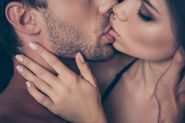 attraktives Pärchen beim Küssen