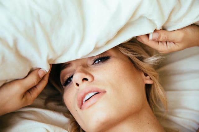 Forførende kvinne i sengen