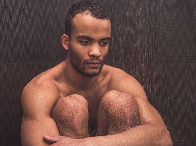 versorgener sexy Mann in die Dusche