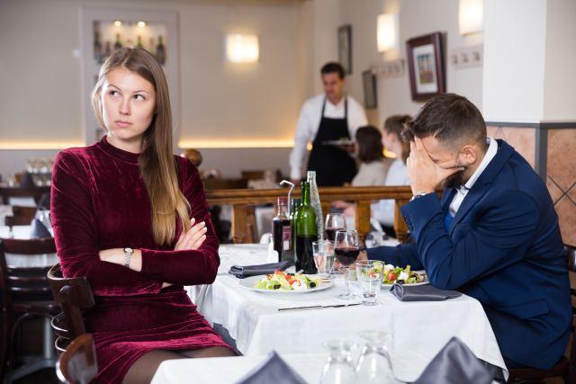 Pärchen in der Beziehungskrise am Restauranttisch