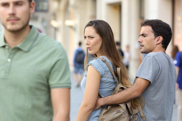 Frau schaut Mann nach, während ihr Partner danebensteht