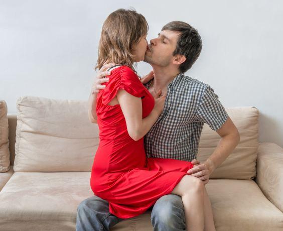 Pärchen beim Küssen auf dem Sofa