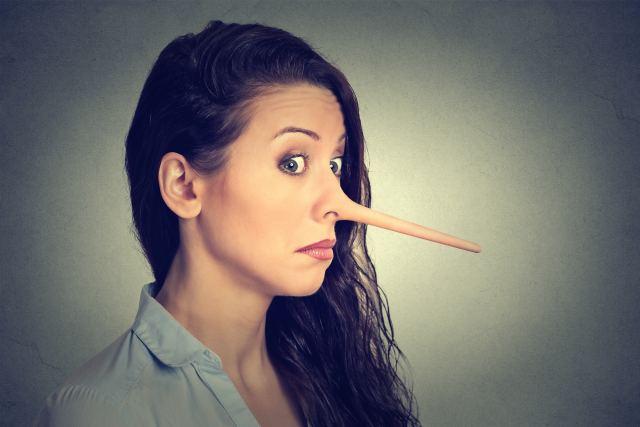 einer Frau wächst eine lange Nase