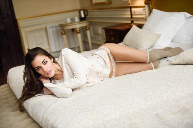 Junge Frau liegt auf dem Bett