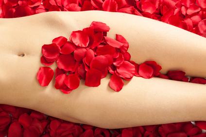 Weiblicher Torso mit Rosenblättern bedeckt