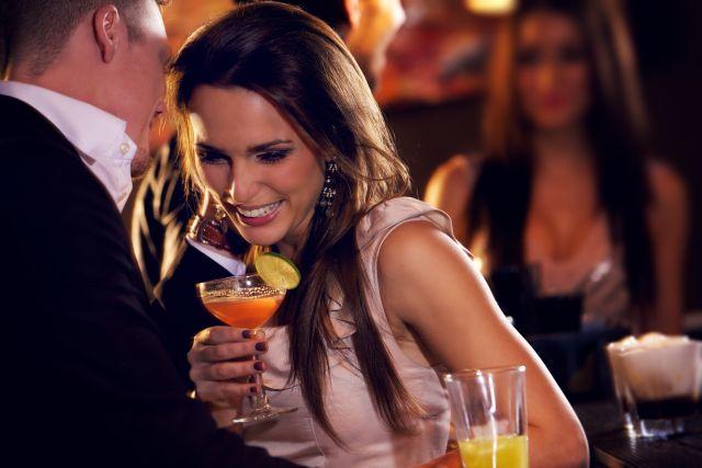 Paar flirtet an der Bar