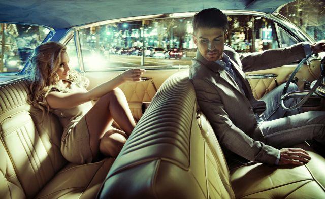 Attraktives Paar sitzt im Auto