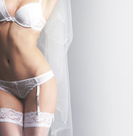 Frau in Braut-Dessous