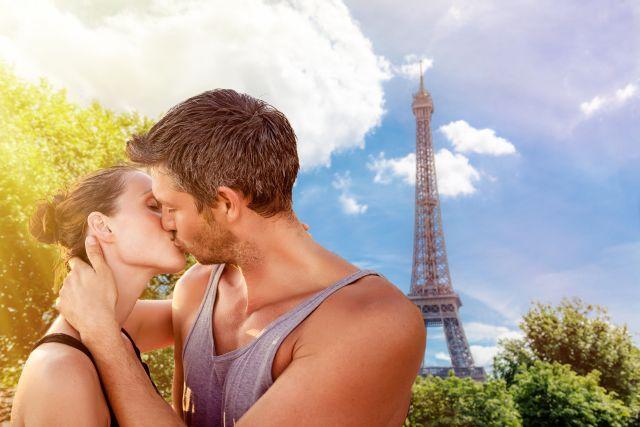 Paar küsst sich vor dem Eiffelturm