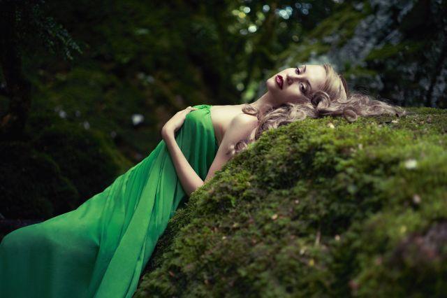 Attraktive Frau liegt im Wald