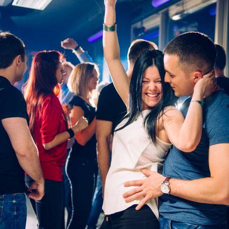Paar tanzt in der Disco