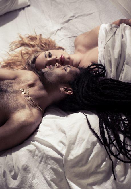 Afrikanischer Mann mit blonder Frau