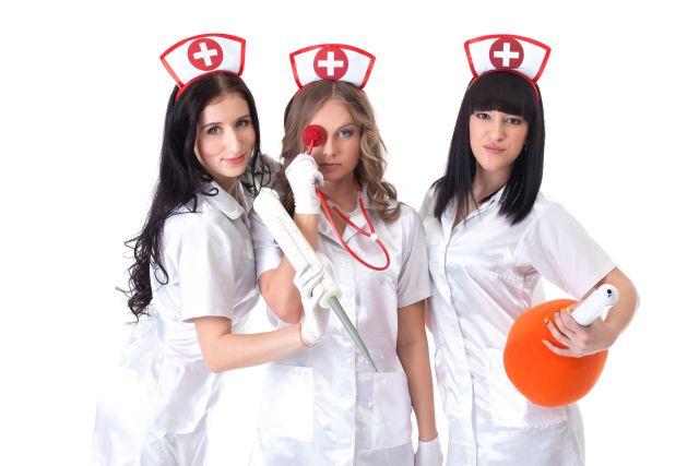 Drei Frauen in Krankenschwesternkostümen
