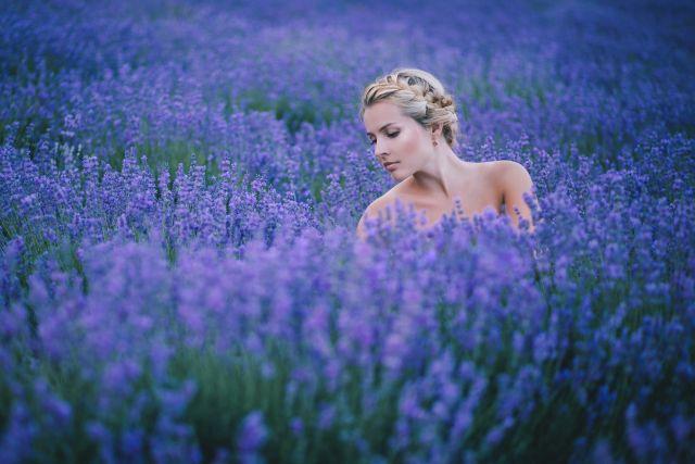 Frau steht im Lavendelfeld