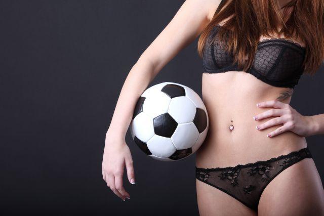 Frau in Dessous mit Fussball
