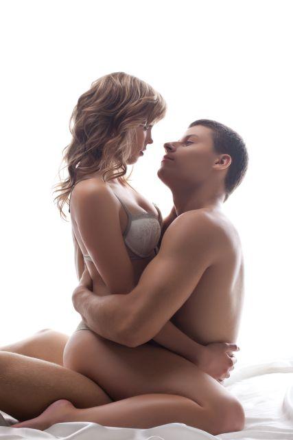 Paar umklammert sich im Sitzen