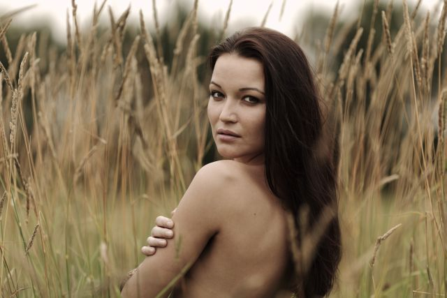 Unbekleidete, verführerische Frau in der Natur