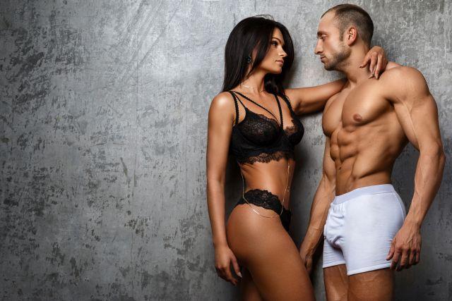sexy Paar flirtet miteinander